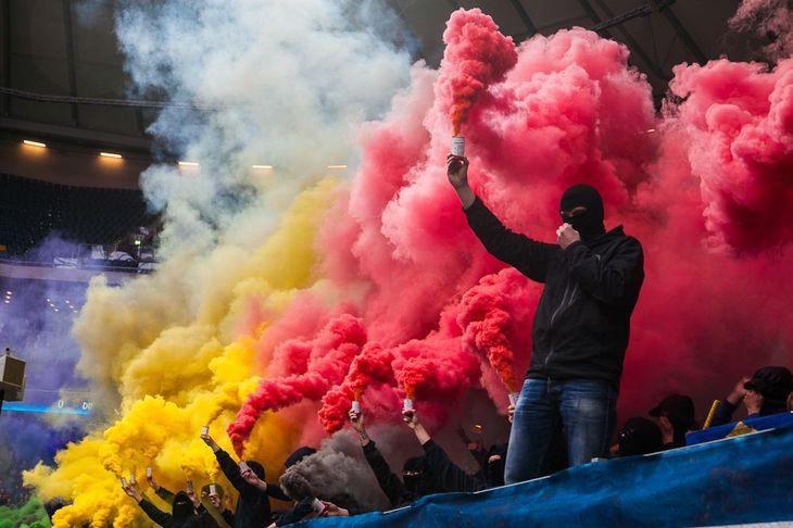 Дымовые шашки на стадионе