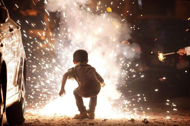 Ребенок рядом с фейерверком